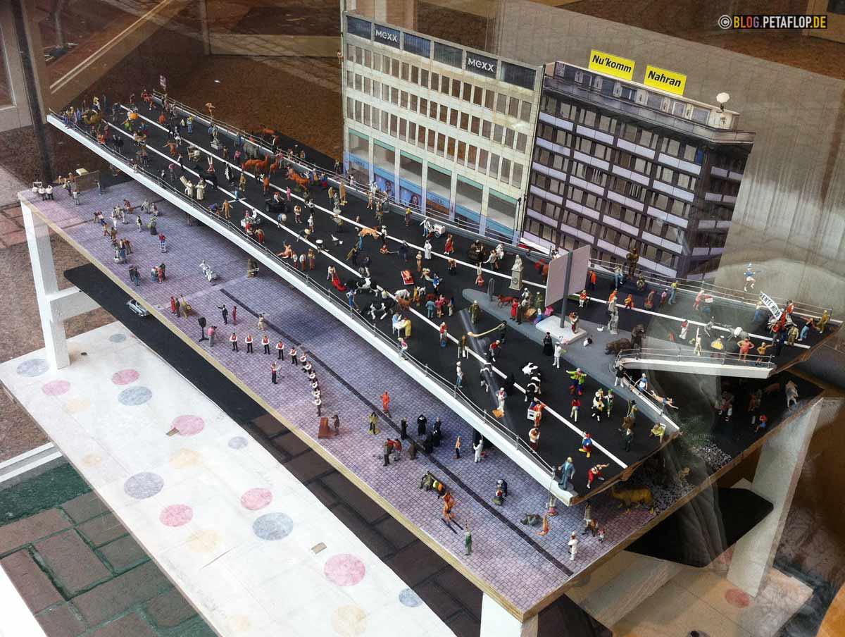 Tausendfüßler Düsseldorf - Modell mit Spaziergängern im Schaufenster von Spielwaren Schaper