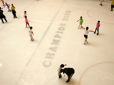 Schlittschuhbahn in einem Pekinger Einkaufszentrum - ice rink in a shopping mall in Beijing