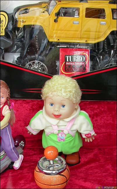 Hummer-Jeep-Baby-Puppe-Spielzeug-Schaufenster-Wehrhahn-Basketball-Aschenbecher
