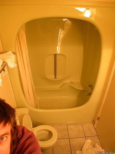 Bathroom-Badezimmer-Hotel-room-Hotelzimmer-Ramada-Inn-Motel-Medicine-Hat-Alberta-Canada-Kanada-DSCN8993.jpg