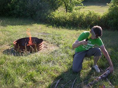 chipping-Fire-Wood-Feuerholz-hacken-Lagerfeuer-grilling-Grillen-Sherwood-Forest-Campground-Campingplatz-Regina-Saskatchewan-Canada-Kanada-DSCN8814.jpg