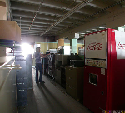 Furniture-Moebel-Fridge-Coca-Cola-Rummage-Troedel-Antiquitaeten-Laden-Antiques-Junk-Shop-Princess-Street-Winnipeg-Manitoba-Canada-Kanada-DSCN8480.jpg