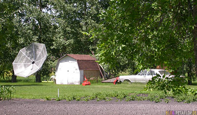giant-satellite-dish-in-the-front-garden-old-car-riesige-Satellitenschuessel-im-Vorgarten-altes-Auto-Stockholm-Saskatchewan-Canada-Kanada-DSCN8786.jpg