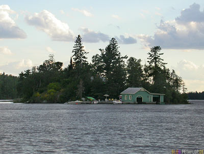 Isle-Island-Lake-of-the-Woods-Kenora-Ontario-Canada-Kanada-Insel-im-Lake-of-the-Woods-Bootsgarage-boat-garage-DSCN8341.jpg