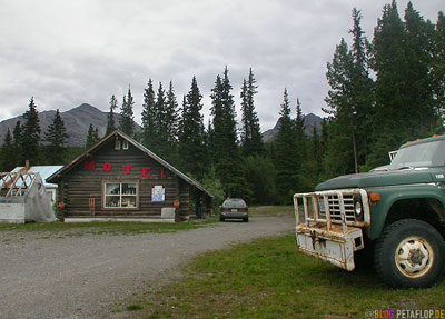 Motel-Lodge-Cabin-old-pickup-Muncho-Lake-Northern-Rocky-Mountains-Alaska-Highway-British-Columbia-Canada-Kanada-DSCN0237.jpg