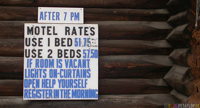 Motel-Motelpreise-Lodge-Cabin-prices-help-yourself-Muncho-Lake-Northern-Rocky-Mountains-Alaska-Highway-British-Columbia-Canada-Kanada-DSCN0242.jpg