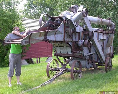 old-combine-harvester-alter-Maehdrescher-machine-Esterhazy-Saskatchewan-Canada-Kanada-DSCN8763.jpg