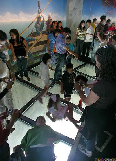 People-on-View-through-glass-floor-Blick-durch-den-Glasboden-CN-Tower-Blick-vom-Toronto-Ontario-Canada-Kanada-DSCN7791.jpg