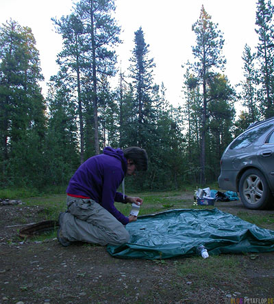 repairing-the-air-matress-Luftmatratze-flicken-Service-Campground-RV-Park-Campingplatz-Alaska-Highway-Watson-Lake-Yukon-Canada-Kanada-DSCN0431.jpg
