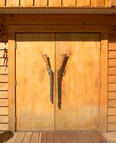 Saloon-Door-Guns-Gewehre-Tuer-Westend-RV-Park-Campground-Campingplatz-Alaska-Highway-Fort-Nelson-British-Columbia-Canada-Kanada-DSCN0040.jpg