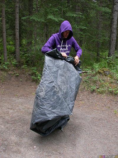 tent-folding-Zelt-zusammenlegen-Pocahontas-Campground-Campingplatz-Rocky-Mountains-Jasper-National-Park-Alberta-Canada-Kanada-DSCN9752.jpg