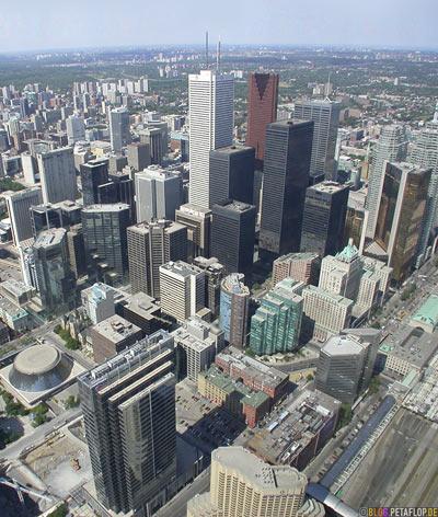 Vogelperspektive-birds-eye-view-from-CN-Tower-Skyline-Hochhaeuser-Skyscrapers-Blick-vom-Toronto-Ontario-Canada-Kanada-DSCN7757.jpg