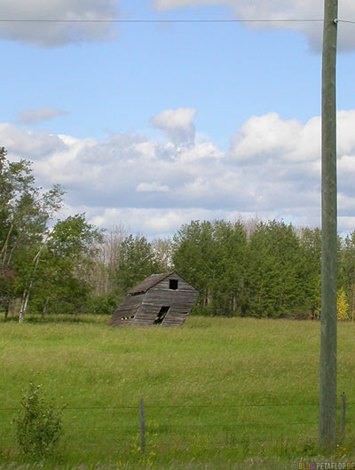 warped-Barn-Shed-Scheune-windschiefe-alt-old-holz-Wood-Manitoba-Canada-Kanada-DSCN8647.jpg