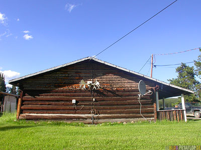 wooden-house-moose-antler-Buckinghorse-Lodge-Alaska-Highway-British-Columbia-Canada-Kanada-DSCN0074.jpg
