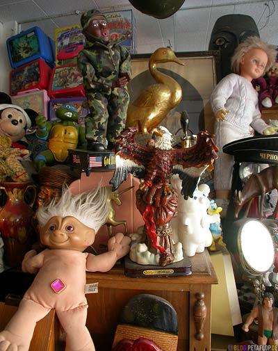 World-Boutique-Fantasia-Schaufenster-Shop-window-Toronto-Canada-Kanada-Puppen-Puppets-Roncesvalles-Ave-DSCN7524.jpg
