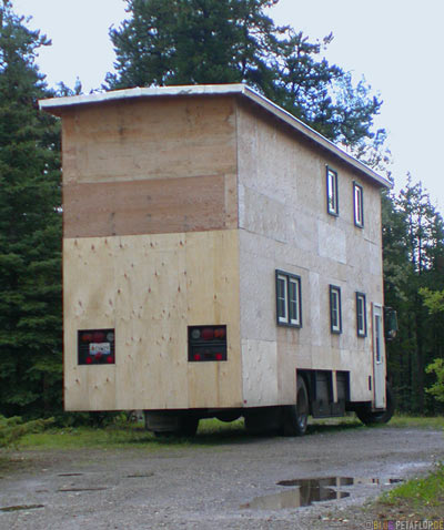 2-storey-two-story-Bus-House-Airforce-Lodge-Alaska-Highway-Watson-Lake-Yukon-Canada-Kanada-DSCN2298.jpg