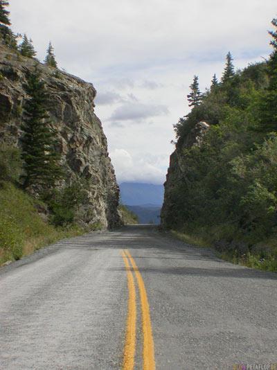 Entrance-Beginning-Eingang-Anfang-Felswaende-McCarthy-Road-Wrangell-St-Elias-National-Park-Chitina-Alaska-USA-DSCN2137.jpg