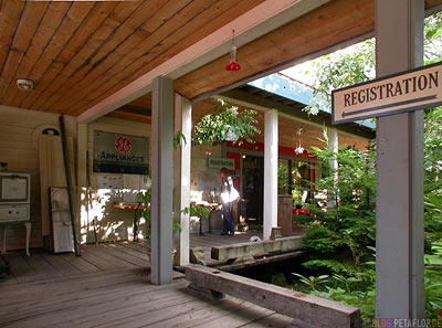 Hall-Way-Veranda-Innenhof-Ripley-Creek-Inn-Stewart-British-Columbia-BC-Canada-Kanada-DSCN2405.jpg