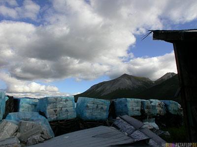 large-amounts-of-Asbestos-palettes-grosse-Mengen-Asbest-Paletten-Ghost-town-Geisterstadt-Cassiar-British-Columbia-BC-Canada-Kanada-DSCN2370.jpg