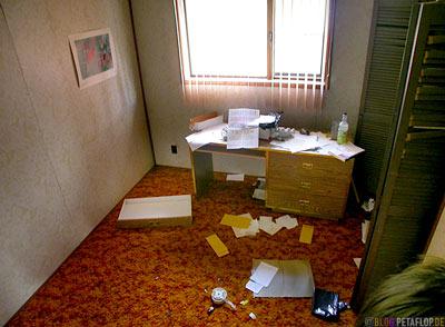 office-room-interior-abandoned-house-Arbeitszimmer-Einrichtung-verlassenes-Haus-Ghost-town-Geisterstadt-Cassiar-British-Columbia-BC-Canada-Kanada-DSCN2361.jpg