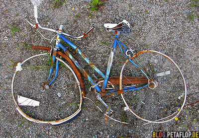 old-damaged-bicycle-altes-kaputtes-Fahrrad-Cassiar-British-Columbia-BC-Canada-Kanada-DSCN2330.jpg