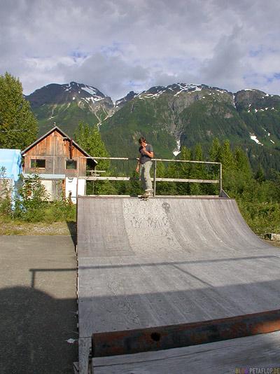 old-Skateboard-Miniramp-Ghosttown-Geisterstadt-Hyder-Alaska-USA-DSCN2431.jpg