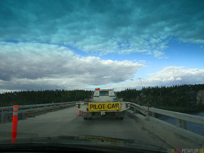 Pilot-Car-Bridge-Road-Work-Alaska-Highway-Yukon-Canada-Kanada-DSCN2250.jpg
