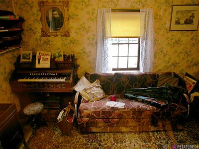 room-Zimmer-Klavier-Piano-Sofa-heritage-old-western-town-Westernstadt-wilder-westen-wild-west-Barkerville-BC-Canada-Kanada-DSCN2647.jpg