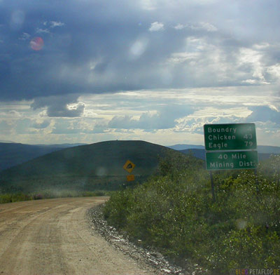 Sign-Boundry-Chicken-Eagle-Gravel-Road-Schotterpiste-Taylor-Highway-Alaska-USA-DSCN0834.jpg