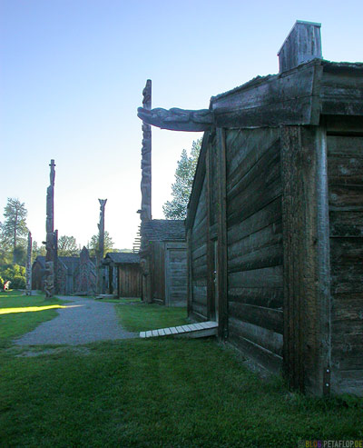 Totem-Poles-Totempfaehle-Longhouses-Langhaeuser-Museumsdorf-Heritage-Ksan-Native-Village-Indians-Indianer-Hazelton-BC-British-Columbia-Canada-Kanada-DSCN2617.jpg