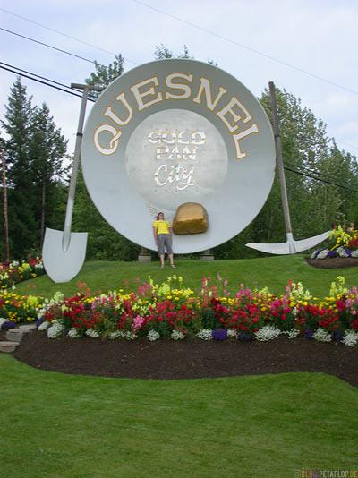 Town-entrance-giant-gold-pan-Ortseingang-riesige-Goldwaschpfanne-Schuerfpfanne-Gold-Nugget-Quesnel-British-Columbia-BC-Canada-Kanada-DSCN2732.jpg