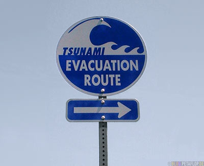 tsunami-evacuation-route-sign-Prince-William-Sound-Valdez-Alaska-USA-.jpg