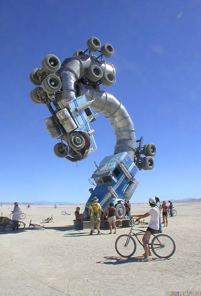 2-two-truck-zwei-Art-Sculpture-Skulptur-Kunst-Playa-Riding-a-bike-Radfahren-Fahrrad-Burning-Man-2007-Black-Rock-Desert-Nevada-USA-DSCN4688.jpg