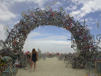 Bicycle-Arc-Fahrrad-Bogen-Centercamp-Playa-Burning-Man-2007-Friday-Freitag-Black-Rock-Desert-Nevada-USA-DSCN4378.jpg