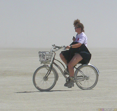 Helge-Schneiders-Mutter-Frau-Playa-Riding-a-bike-Radfahren-Fahrrad-Burning-Man-2007-Black-Rock-Desert-Nevada-USA-DSCN4728.jpg