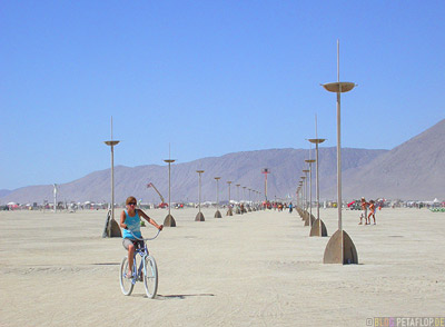Playa-Riding-a-bike-Radfahren-Fahrrad-Burning-Man-2007-Black-Rock-Desert-Nevada-USA-DSCN4703.jpg