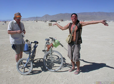 Playa-Riding-a-bike-Radfahren-Fahrrad-Burning-Man-2007-Black-Rock-Desert-Nevada-USA-DSCN4714.jpg
