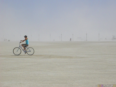 Playa-Riding-a-bike-Radfahren-Fahrrad-Burning-Man-2007-Black-Rock-Desert-Nevada-USA-DSCN4730.jpg