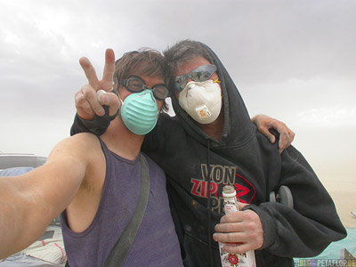 Ryan-breathing-masks-Atemmasken-Desertstorm-Sandstorm-Sandsturm-Wuestensturm-Burning-Man-2007-Friday-Freitag-Black-Rock-Desert-Nevada-USA-DSCN4434.jpg