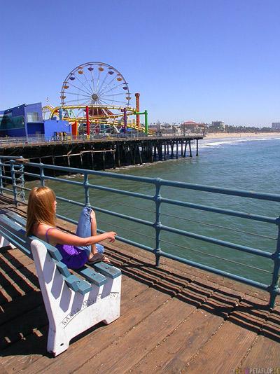 Santa-Monica-Beach-Sand-Boardwalk-Footbridge-Steg-Funfair-Kirmes-Riesenrad-big-giant-ferris-wheel-Kermess-Kermis-Strand-Los-Angeles-USA-DSCN5530.jpg