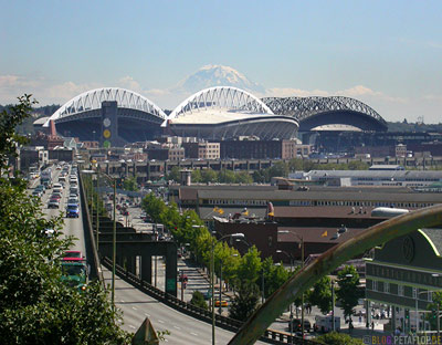 Seahawks-Stadium-and-Safeco-Field-from-Pike-Market-Square-Stadion-Waterfront-Seattle-Washington-USA-DSCN3453.jpg
