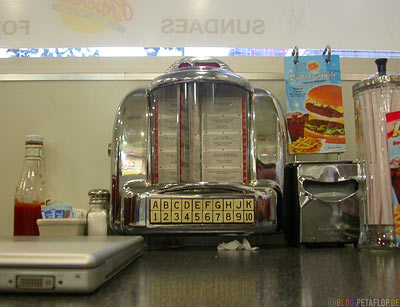 Table-Jukebox-Tisch-Johnny-Rockets-Burgers-Pike-Street-Seattle-Washington-USA-DSCN3388.jpg