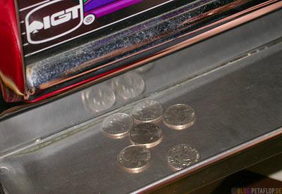 coins-Muenzen-Einarmiger-one-armed-bandit-Spielautomat-Sahara-Hotel-Casino-Las-Vegas-Nevada-USA-DSCN6115.jpg