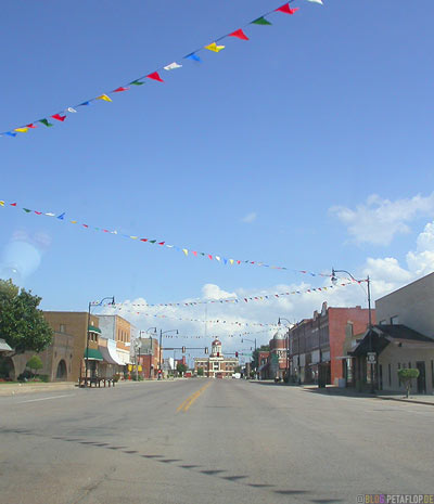 colorful-pennants-bunte-Faehnchen-Street-Road-Sayre-Texas-USA-DSCN7329.jpg