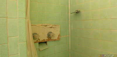 dirty-trashy-bath-room-Allen-Motel-Clayton-New-Mexico-USA-DSCN7267.jpg