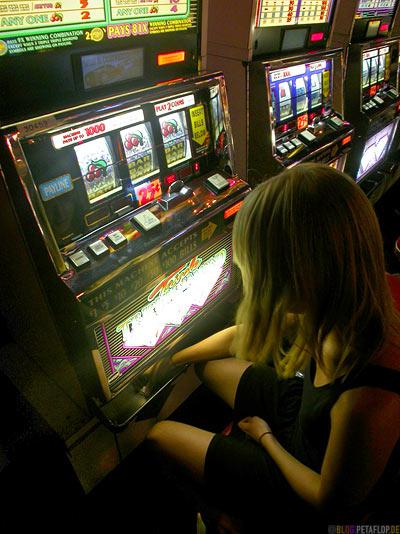 fetching-coins-Einarmiger-one-armed-bandit-Spielautomat-Sahara-Hotel-Casino-Las-Vegas-Nevada-USA-DSCN6100.jpg