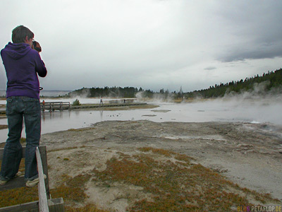 filming-videotaping-filmen-Pool-hot-spring-heisse-Quelle-Yellowstone-National-Park-Wyoming-USA-DSCN6796.jpg