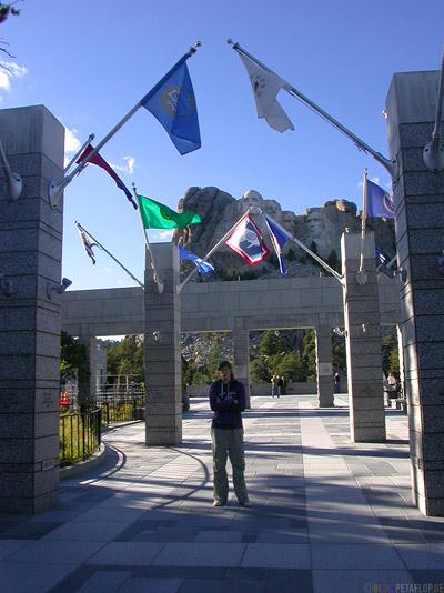 Flags-US-States-Flaggen-Mount-Rushmore-National-Memorial-Keystone-South-Dakota-USA-DSCN7179.jpg