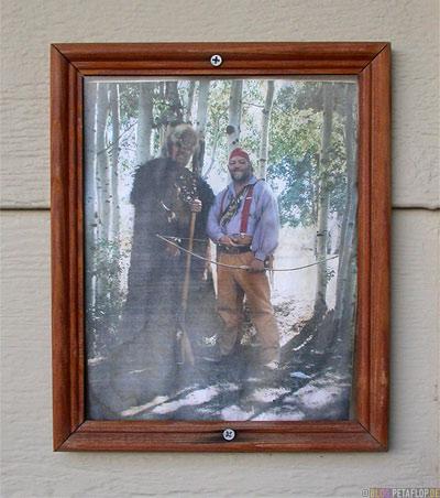 framed-photo-bow-and-arrow-Pfeil-und-Bogen-Maverick-Motel-for-sale-Greybull-Wyoming-USA-00285.jpg