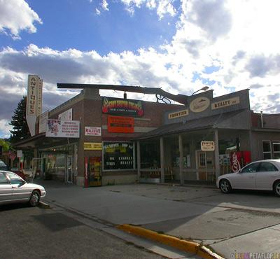 giant-gun-on-shop-roof-Riesengewehr-auf-Dach-Cody-Wyoming-USA-00247.jpg